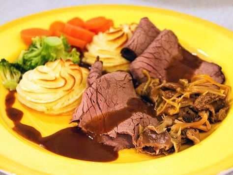Porterstek gjord på älgkött serveras med skysås. syltade trattkantareller och potatisduschesse.