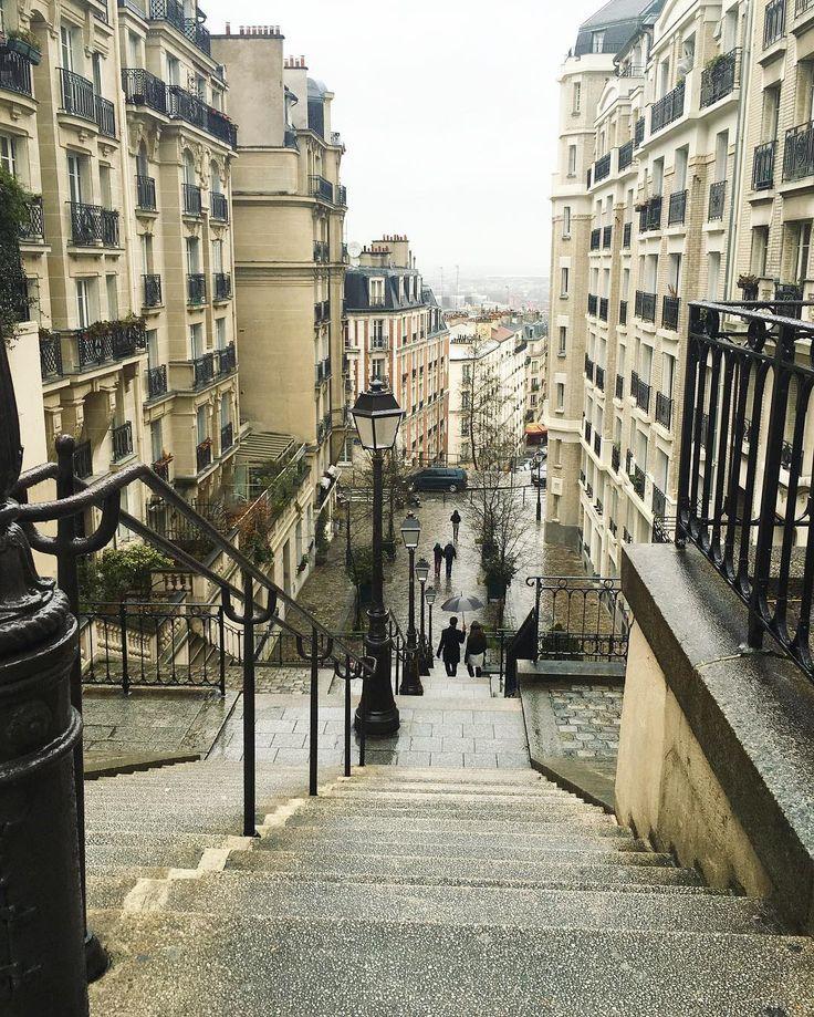 """С географической точки зрения Монмартр самая высокая точка Парижа. С моей,  самая значимая в плане искусстве ХХ века, я бы сказала. Сколько эти места видели таланта и чувств. Разбитых сердец и одержимых страстью) я вам рекомендую включить его в топ 5 самых обязательных мест в Париже. Этот тот самый """"Париж"""", который так впечатан в мировое наследие искусства и литературы, и подобного которому уже никогда не будет. #про_Париж #побеготфевраля"""