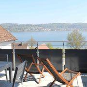 Ferienwohnung Schatz in Bodman am Bodensee. Die Ferienwohnung im Obergeschoss hat 3 Schlafzimmer, einen kombinierten Wohn-/Essbereich mit Küche, Bad und WC und Seesicht.