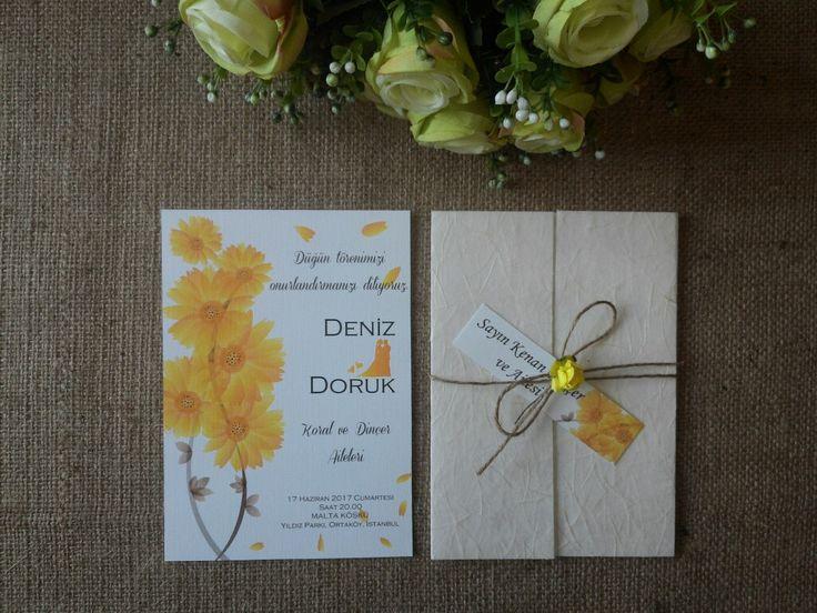 Masal Davetiye Sarı Lifli kumaş dokulu özel kapak. Çiçek aksesuarlı düğün davetiyesi