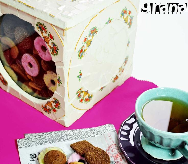 Para la hora del té. Caja de galletitas intervenida a través de la técnica picassiette, reutilización de vajilla rota.