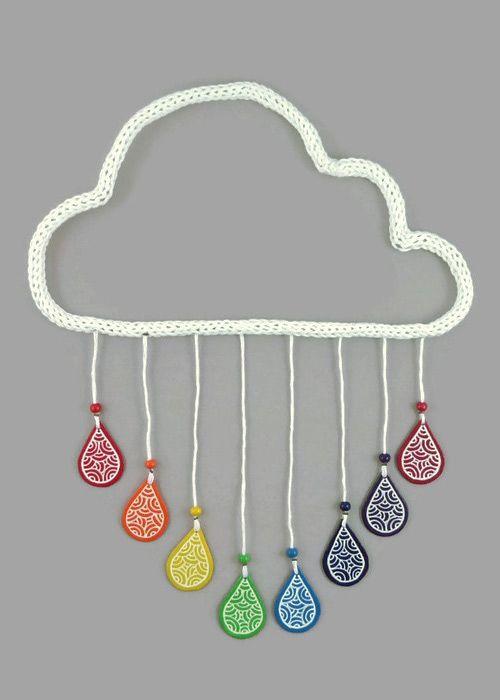Mobile ou décoration murale en forme de nuage blanc en tricotin aux gouttes arc-en-ciel - Réalisé sur commande par @savousepate - Idée cadeau de naissance / décoration pour chambre d'enfant