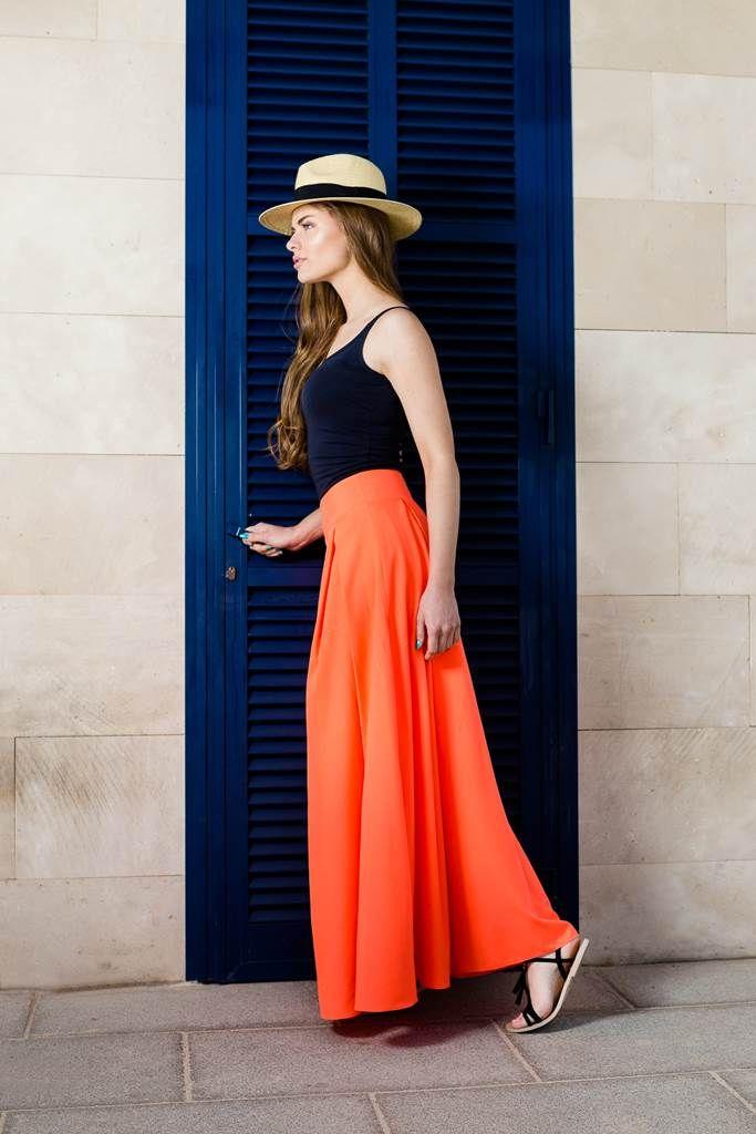Fusta lunga clos portocalie Voque: Este vaporoasa, usoara si da o placuta senzatie de libertate in miscare, iar culorile pastel sunt preferatele sezonului.