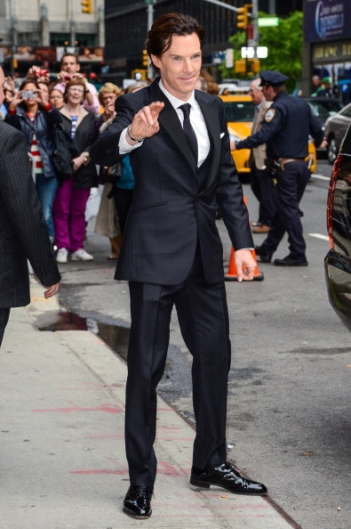 """Benedict Cumberbatch leaving the """"Late Show With David Letterman"""" and looking HAWT AS F!!!!!!!"""