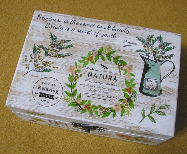 ★ハーブ、アロマセラピー、ヒーリングをテーマにしたビンテージ調の素敵な木製ジュエリーボックスです。薔薇、ミモザ、ガーベラ、クロッカスなどの草花、英語やフランス語で書かれたエッセンシャルオイルのラベル等が魅力的です。★アクセサリーの他に切手やお薬、お気に入...