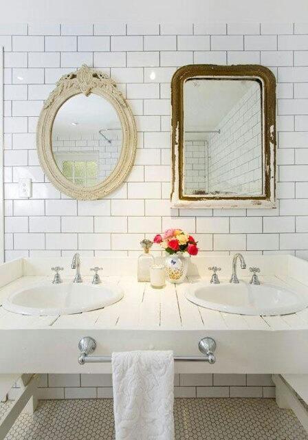 Esprit retro et miroirs anciens dépareillés.  #bathroom #vintage #mirrors