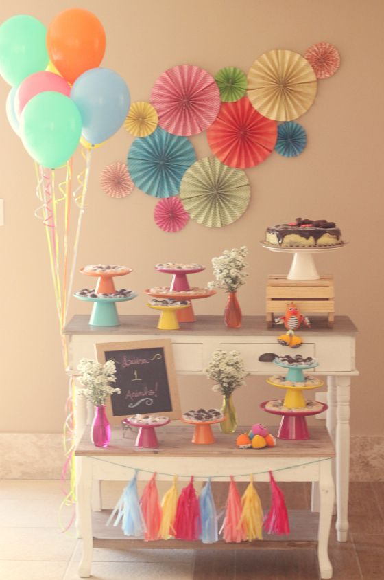 festa infantil, kids party, cores, colors, colours, tassel garland, varal de franjas, paper garland, sanfonas de papel, balloons, baões, first birthday, festa de um ano, festa em casa, party at home.
