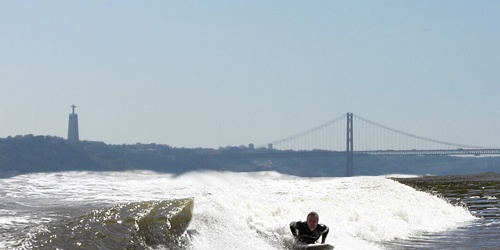 Did you know that, in Portugal, you can surf in a river? At the Tejo estuary, by Lisbon, some folks embraced the challenge. Find out how.