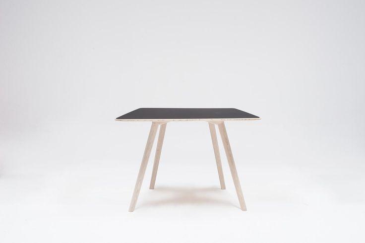 OBJEKTE UNSERER TAGE - MEYER Tisch, Small (92 x 92 cm), Esche, Linoleum schwarz