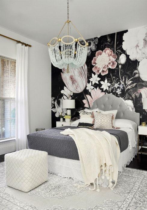 Спальня с эффектной акцентной стеной.