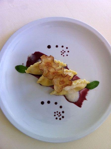 Mezze lune cacio e pepe con vellutata di pere e riduzione al vino rosso ( - )