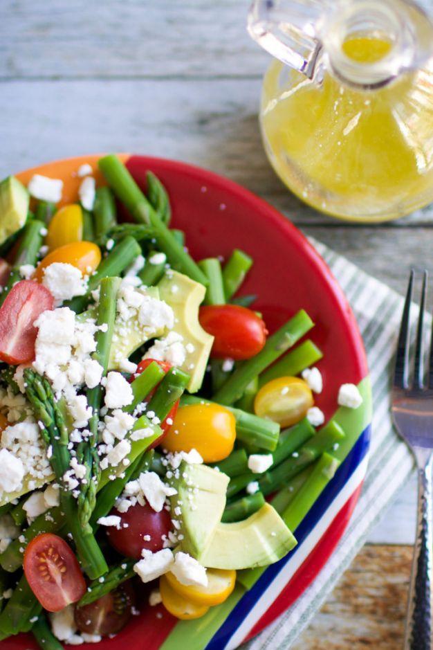 Salada de aspargos, tomatinhos e queijo feta