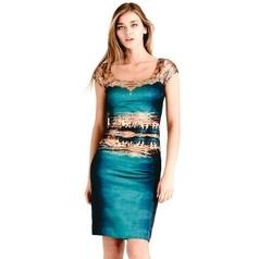 Art on Fashion jurken online.  Kunstenaar: Jean-Francois Dupuis    Indigo zijden jurk met horizontale City print.  DETAILS   • Stretch slip-on zijden jurk met afzonderlijke onderjurkje   • Cap mouwtjes   • Sluit aan als een tweede huid | Te koop bij Fashionboutique Femelle Nederland