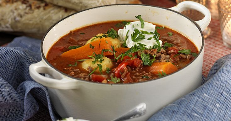 Värmande gott – ungersk gulaschsoppa med köttfärs! Servera med crème fraiche och hackad persilja.
