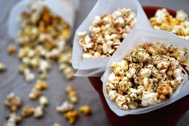 Parmesanpopcorn med oregano och citron. Med parmesan, oregano, citron och chili är dessa härligt smakrika popcorn utmärkta som drinktilltugg eller lyxigt filmsnacks!