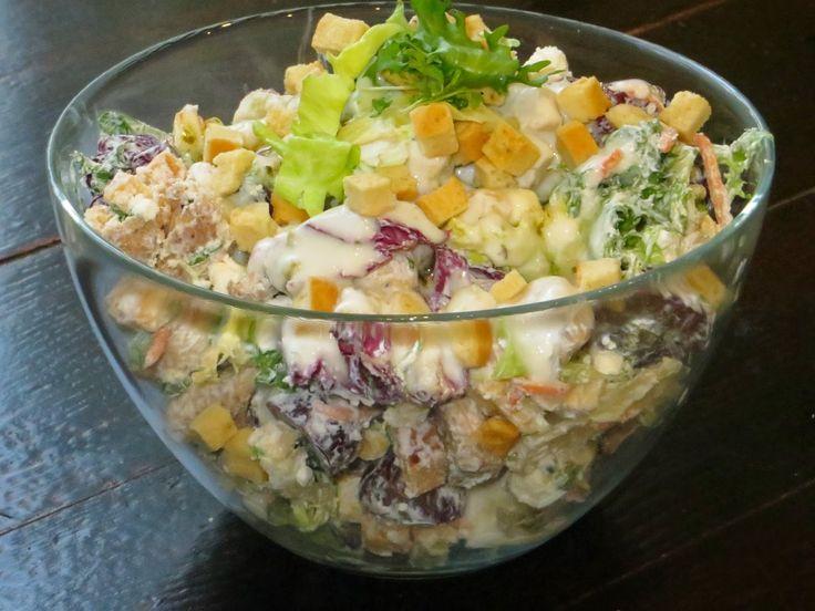 Domowe ciasta i obiady: Sałatka z kurczakiem, serem feta i grzankami