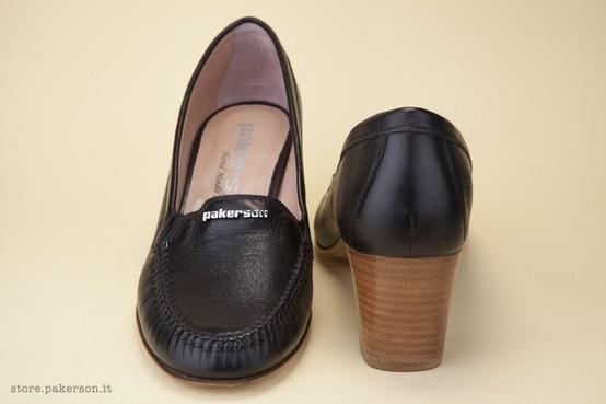 The 5-cm natural leather heel lends a spring to the step while providing solid support. - Il tacco in cuoio naturale alto 5 cm slancia la figura e dà un solido appoggio. http://store.pakerson.it/high-heel-moccasins-21271-nero.html