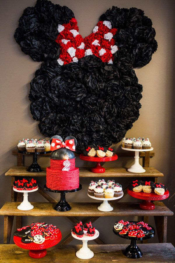 Minnie Mouse backdrop using tissue poms from Paperwhite Designs.