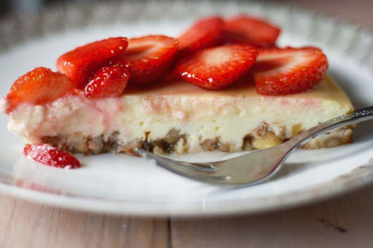 Stück Erdbeer-Cheesecake mit Mandelboden - Naschen mit der Erdbeerqueen
