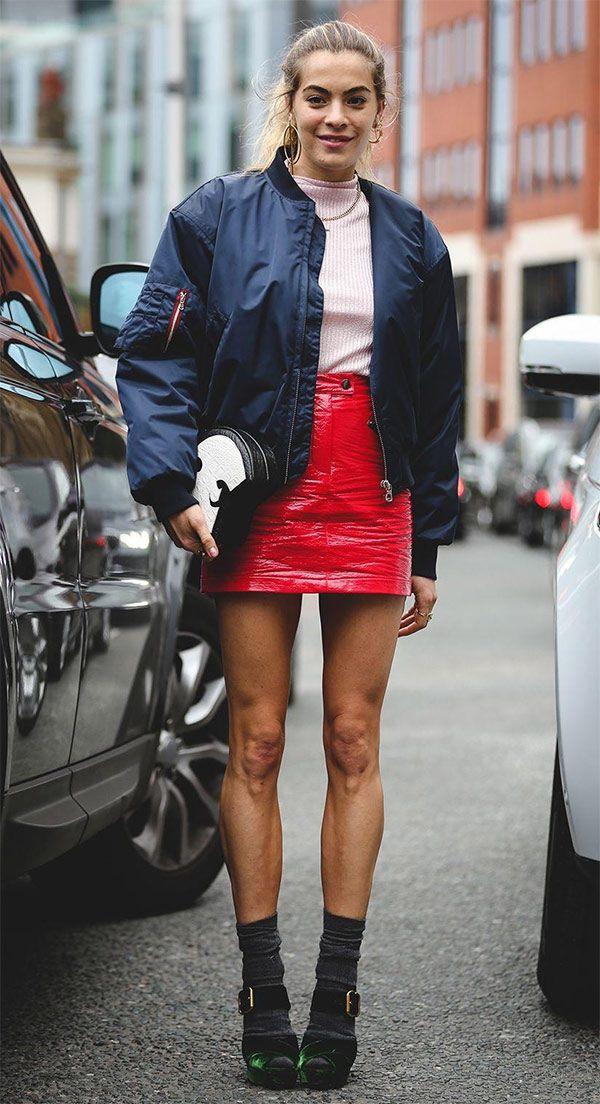 Street style look com saia vermelha e maxi bomber jacket