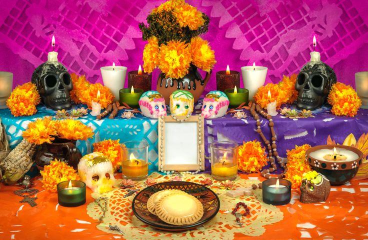 De dödas dag uppmärksammas i hela Mexiko. Många gör ett altare för att minnas sina döda. Una ofrenda para el Día de Muertos en México.