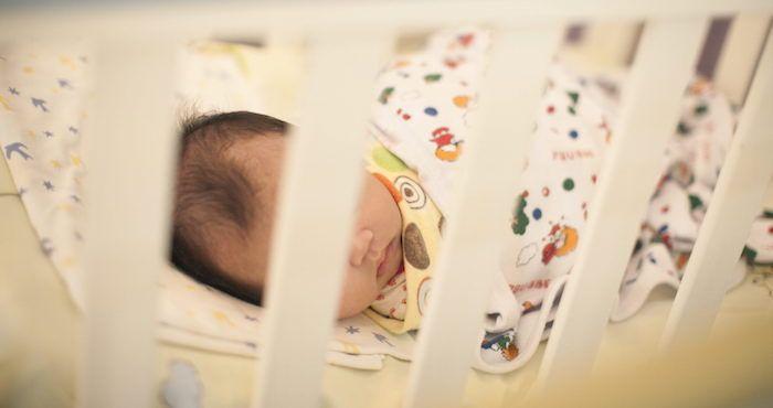 """La publicación señala que se trata de Abrahim Hassan, un bebé de cinco meses, que nació fruto de un controvertido método que se sirve del ADN del padre, de la madre y de una donante o """"segunda madre""""."""