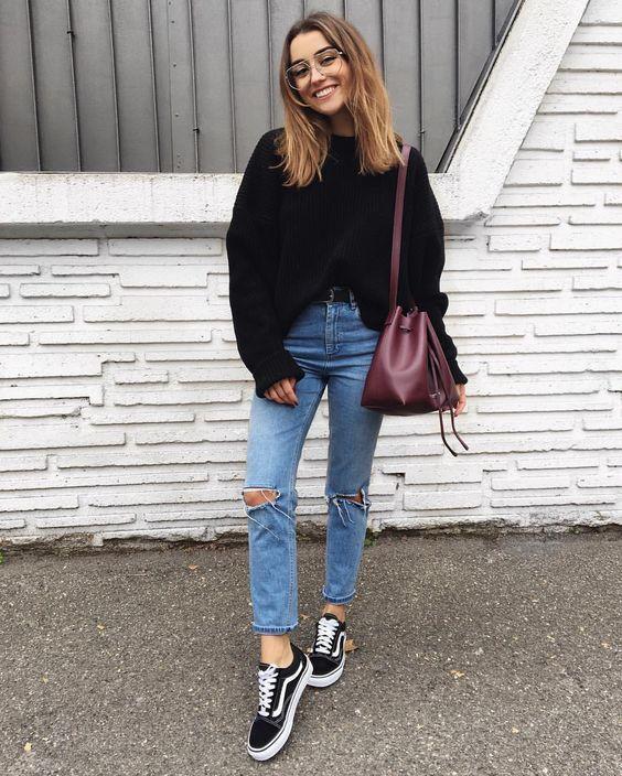 10 Peças para você começar a montar seu closet básico. Suéter preto, calça jeans destroyed, tênis vans preto old skool