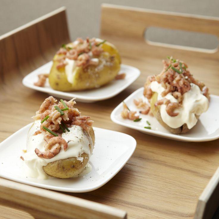 Een overheerlijke gevulde aardappel met noordzeegarnalen, die maak je met dit recept. Smakelijk!