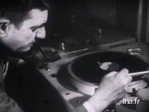 Mais qu'est-ce que la musique concrète ? Regardez... http://fresques.ina.fr/artsonores/fiche-media/InaGrm00208/la-naissance-de-la-musique-concrete-et-electro-acoustique.html