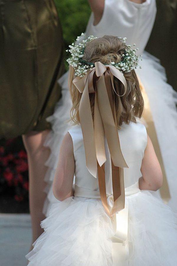 """Daminha usando uma delicada coroa de flores com laço. (As flores são gipsofilas ou """"mosquitinhos"""")."""