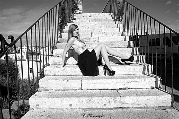 #girl #woman #women #fille #femme #lady #redhair #red #hair #rousse #rouquine #modele #mode #fashion #dress #pretty #sexy #photography #photographie #picture #black #white #noir #blanc #escalier