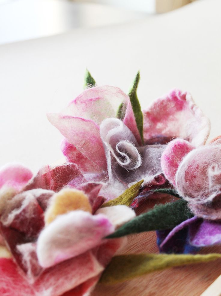 Мастер-класс - брошь в виде розы из войлока и органзы.