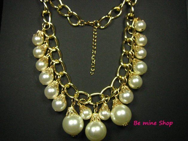 Ein Muss für alle Perlen-Liebhaber  Dieses Perlen-Collier besteht aus 17 verschieden grossen  (12mm, 15mm,20mm)creme-weißen Perlen (Kunstperlen). In der Mitte befinden sich 3 große 20mm Perlen als Eye-Catcher,  Jede Perlen ist durch einen filigranen trompetenförmigen Verschluß mit der Panzerkette verbunden. Daher sind alle Elemente beweglich.