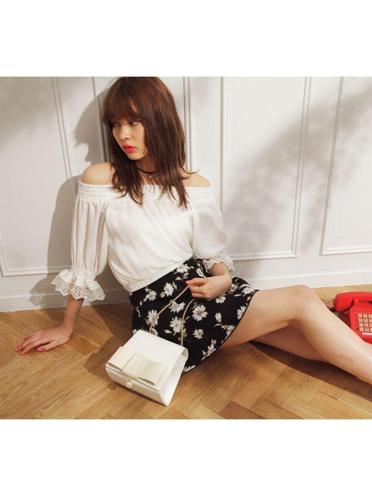 【八木 アリサ】肩見せトップスは花柄スカートで大人の甘さを! EVRIS シャーリングショートトップス【5月上旬】 ¥5,990(+税) snidel スカラップスカートパンツ ¥10,400(+税) snidel リボンポシェット ¥10,400(+税)