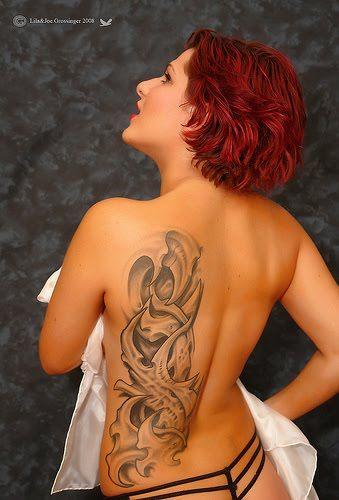 τατουάζ στην πλάτη κοπέλας,συμβολικό σχέδιο ,