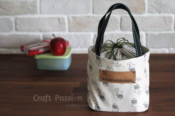 Free pattern and tutorial to sew a lunch box bag with drawstring cover. The cover prevent the contents from falling out. Great to carry an on-the-go small craft project.
