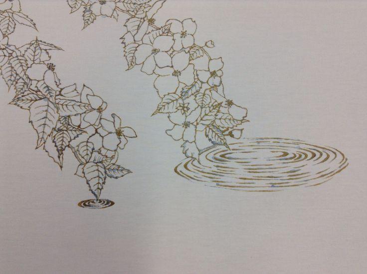Yuzen. Detalle de yamabuki sobre el agua. Dibujo con Nori (pasta resistente) para luego teñir la tela