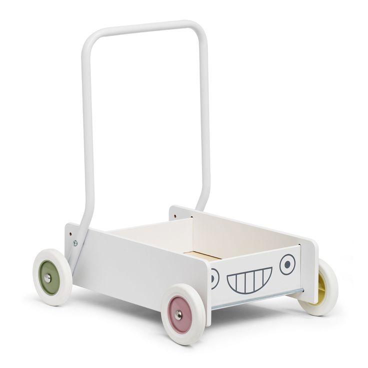 Micki Lära-Gå-Vagn, Pastell är en klassisk och stabil lära-gå-vagn med pastellfärgade hjul. Den har bromsbara hjul och ställbart handtag. När barnet har lärt sig att gå ställer man enkelt om handtaget så blir vagnen en rolig lekvagn i flera år. Barnet kan lägga leksaker i vagnen och flytta dem från ett ställe till ett annat.<br><br>Rekommenderad ålder: Från 6 månader.<br><br>Mått: 45 x 35 x 48 cm.<br><br>Material: Trä.<br><br>Färg: Vit, flerfärgad.