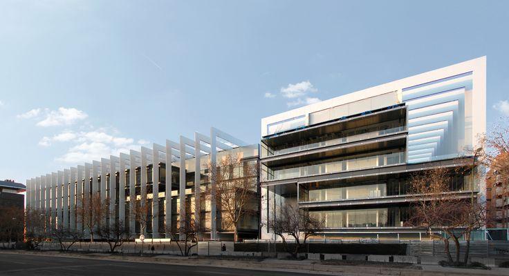 La nueva Sede Central de Repsol en Madrid es un edificio del estudio Rafael de La-Hoz Arquitectos con la máxima calificación LEED de eficiencia energética gracias a soluciones como las cisternas empotradas Geberit.