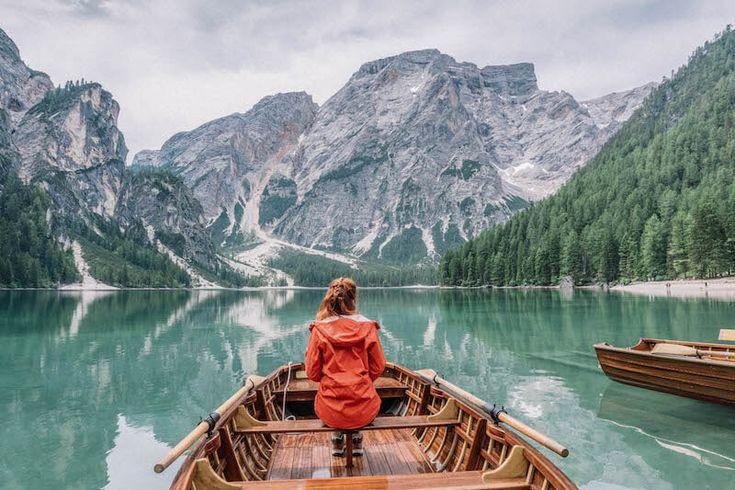 Hier findest du viele tolle Tipps für deinen Besuch am smaragdgrünen Pragser Wildsee sowie für die Dolomitenregion Drei Zinnen im italienischen Südtirol.