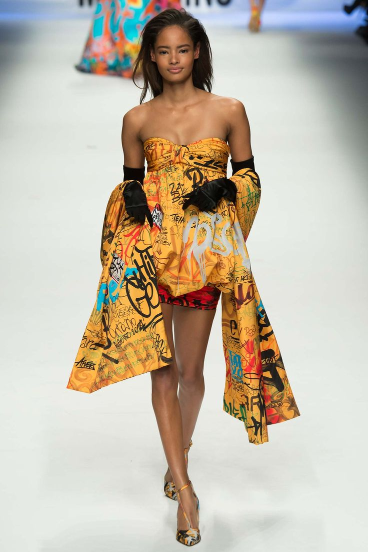 Moschino - Fall 2015 Ready-to-Wear - Look 57 of 65?url=http://www.style.com/slideshows/fashion-shows/fall-2015-ready-to-wear/moschino/collection/57