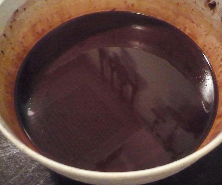 Ve vodní lázní rozehřejeme tuk, přidáme nalámanou čokoládu a proseté kakao. Vše důkladně promícháme do rozpuštění čokolády  - nevaříme. Poleva...