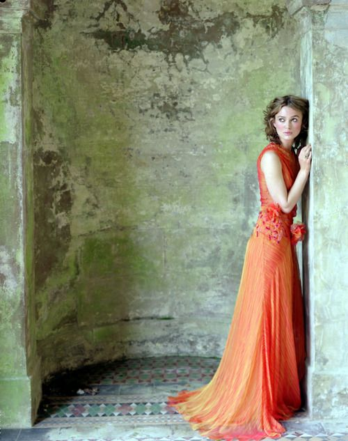 Keira Knightley with a sweet orange gown, contrast of the green and orange!