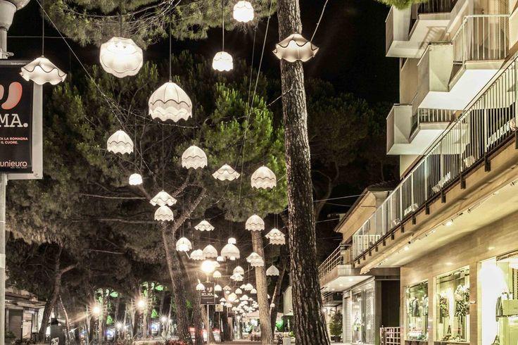 Lampki wiszące na drzewach w Mediolanie https://www.homify.pl/katalogi-inspiracji/10006/zewnetrzne-oswietlenie-domu