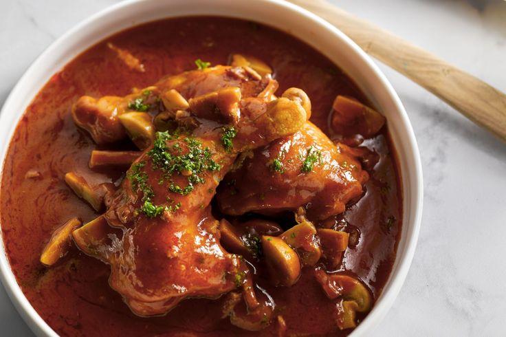 gevogelte - kippenbouten, spekblokjes, ... - Kruid de kippenbouten met peper en zout en bak ze rondom aan in een stoofpot in 1 eetlepel olijfolie. Haal de boutjes er uit om het spek en de champignons een paar minuten te bakken.