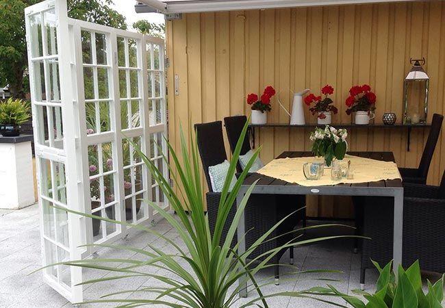 Funktionelt genbrug gav familien i Esbjerg en mobil læ-løsning til terrassen.