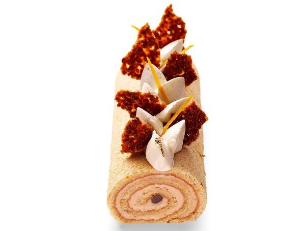 Bûche roulée, Gâteaux Thoumieux (Ludovic CHaussard et Jean-François Piège), 28 euros pour 4 personnes, 40 euros pour 6.   Qu'y a-t-il dedans? Un biscuit amande, des zestes d'orange, du sirop au rhum, une mousse de marrons et des brisures de marrons confits. Décorée de chantilly mascarpone vanillée, de morceaux de marrons confits et d'éclats de nougatine.