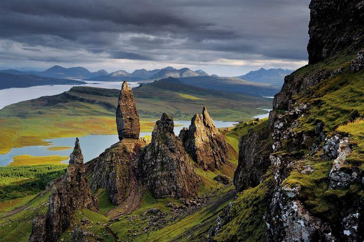 Formações de basalto em Raasay. Surgindo dos destroços de um antigo deslizamento de terra, essas formações são testemunhas das mudanças geológicas que formaram a região na Península de Trotternish, na ilha de Skye, Escócia, Reino Unido.  Fotografia: Jim Richardson/National Geografic Creative.