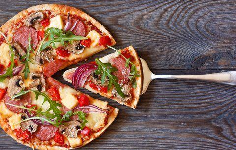 Nechoďte si pro pizzu do restaurace, ale zkuste si ji udělat doma. Na těsto - 500 g pšeničné mouky špetka cukru 30 g droždí 200 ml vody 4 lžíce olivového oleje extra virgin sůl Na sugo - 100 g rajčat 12 lístků čerstvé bazalky trošku olivového oleje sůl Dále potřebujeme –  150 g mozzarelly lístky čerstvé bazalky