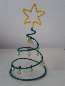 Din materiale aflate la îndemâna noastră putem confecționa brăduți pe care să-i folosim ca decorațiuni pentru Crăciun. 1. Materiale necesare: hârtie decorativă pentru prăjituri (cu diametru mic), p...